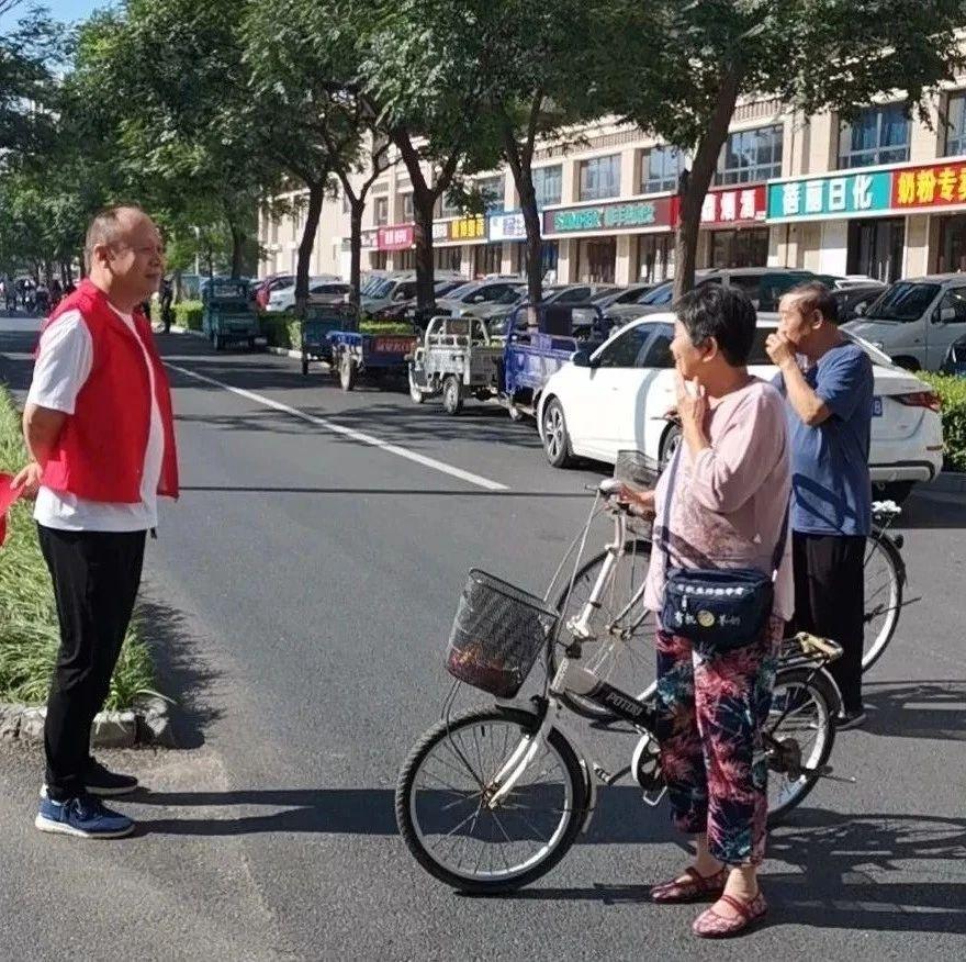 辛集二院志愿者走上街头,协助交警维护交通秩序,倡导文明出行!