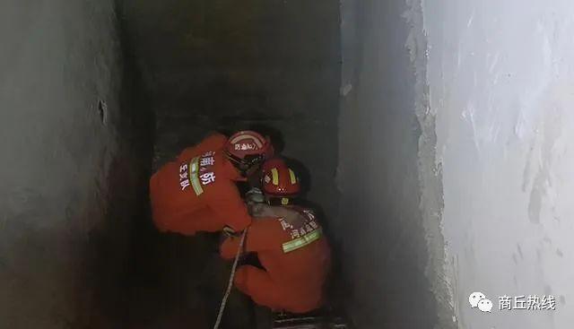 商丘一工人坠入3米深的地下室梯井内,消防员火速营救