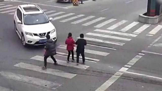 女司机刚拿驾照不久,出门碾压行人,交警无奈,女司机:还不怎么熟练