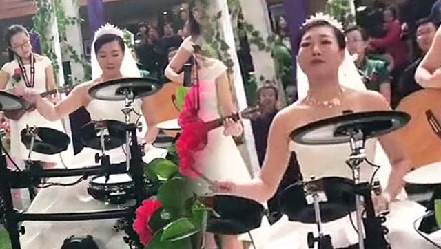 婚礼现场新娘表演架子鼓,这年头结婚都这么摇滚吗?
