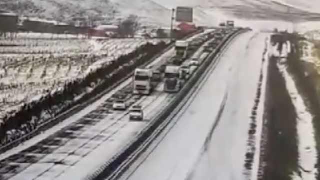 震撼!河北承德大雪,警车开道带千余辆车走高速