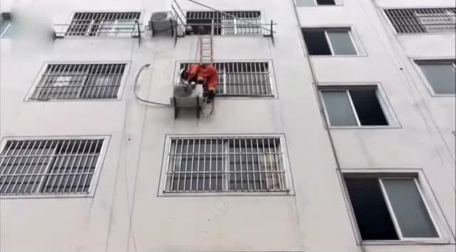女童睡醒找妈,把窗户当门推开跌下4楼