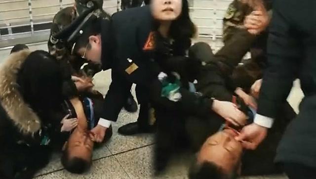 生死一瞬!武警官兵紧急救助突发疾病旅客!