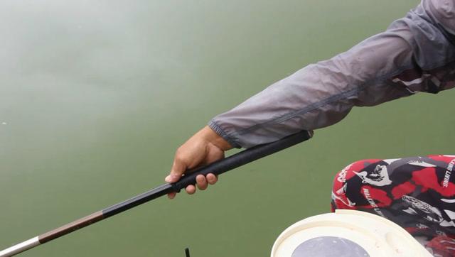 站都不用站,钓鱼高手只坐着,就把钓大物的鱼竿准确地抛到了位置