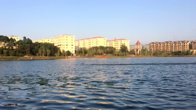 【视频】鲁师傅在桦西湖放快艇小船