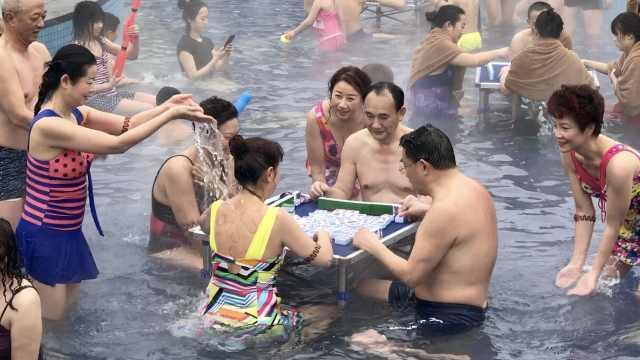 重庆人在哪里都能打麻将!他们泡着温泉争雀神
