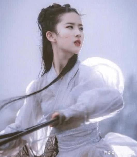 """刘亦菲版神雕侠侣,""""雨中骑马戏""""为何被删?看到她后背恍然大悟"""