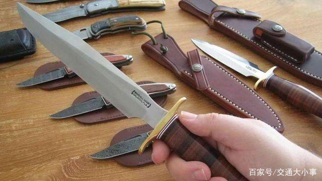 福彩3d胆码预测男子追砍一名女子,派出所长空手夺刀!