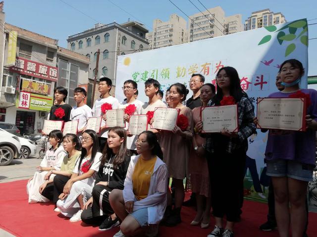 走出大山创造未来――莲湖区组织山阳县贫困大学生开展对口帮扶研学活动