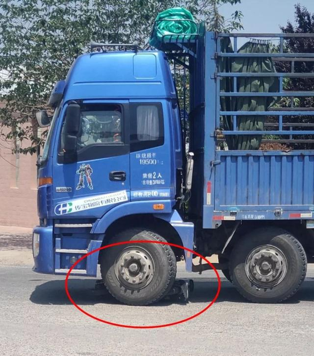 远离大车:沂水城北-母女骑车误入大货盲区,18岁女儿不幸……