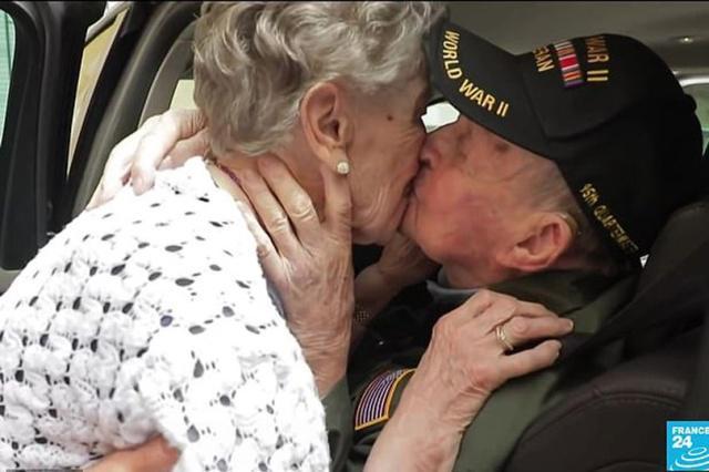 这个吻跨越75年!98岁二战老兵重逢92岁初恋情人