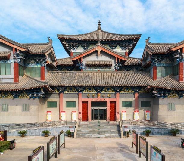 巩义博物馆,坐落于北宋永昭陵东南隅,整体外观为园?#36136;?#20223;古建筑
