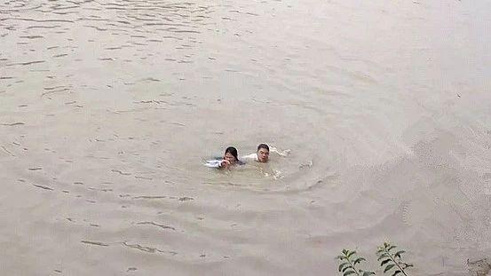 宜宾女学生从桥上一跃而下,跳河自杀!