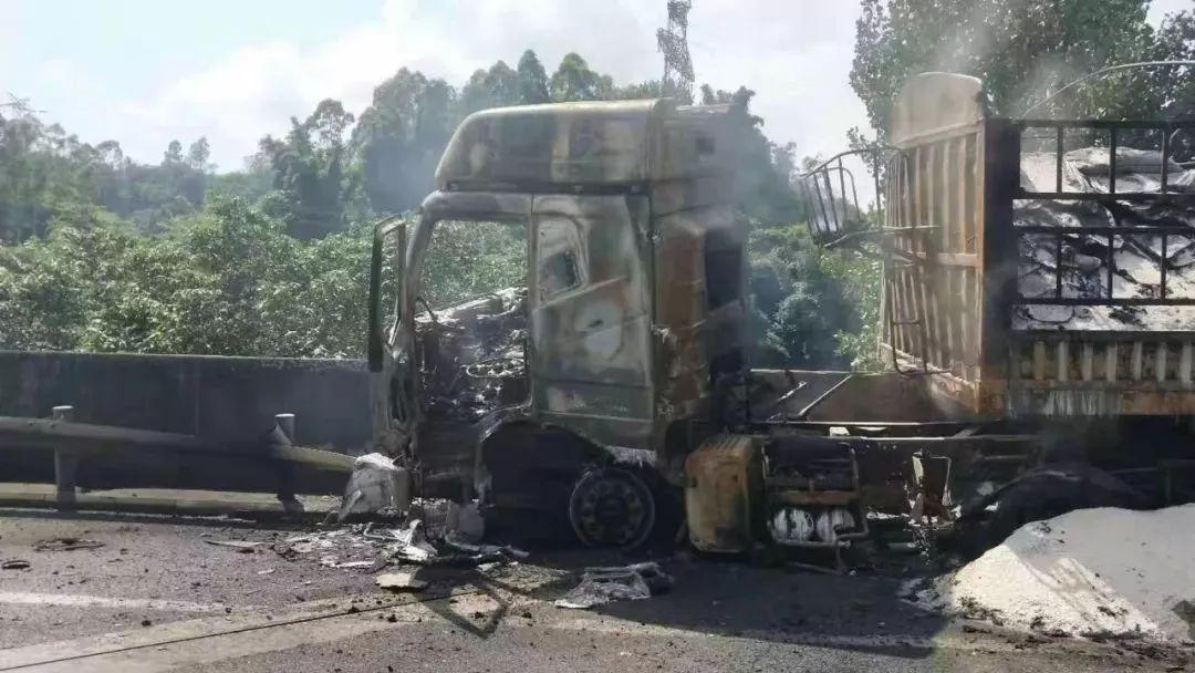 宜宾一货车突发燃烧,黑烟滚滚!被烧成架架,好黑人!