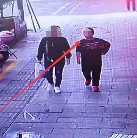 �G�!宜�e一女子偷人家50�K�X�i肉,�O控拍下全�^程!