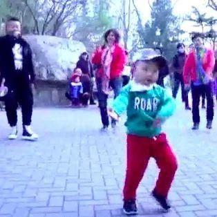 2岁男孩跳广场舞,原唱现身伴唱,太难得一见了!