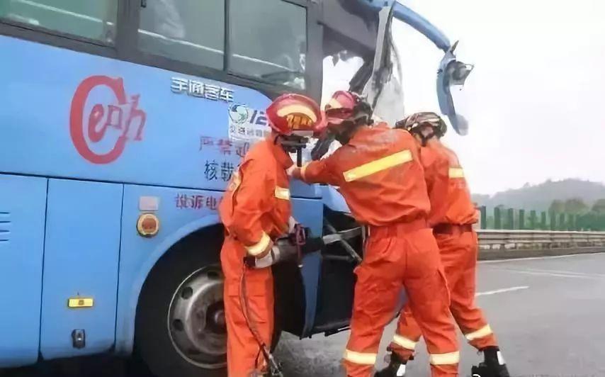 长宁开往乐山峨眉大巴车与大货追尾!21人被困,13人受伤