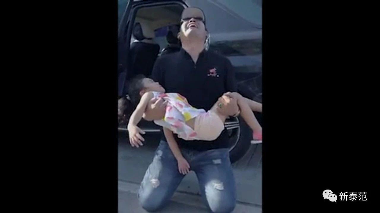 都看看吧!这个抱着孩子下跪的男人!