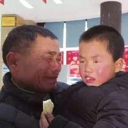 """男孩眼睛受伤,凑不齐医疗费急哭爷孙,幸遇""""黑衣侠""""出手…"""