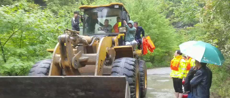 暴雨中,民警逆行救出10名被山洪围困群众