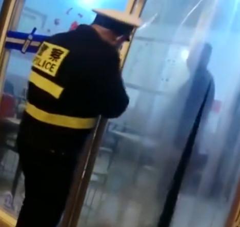 男子酒驾被查,竟然跑进饭馆抢酒喝!