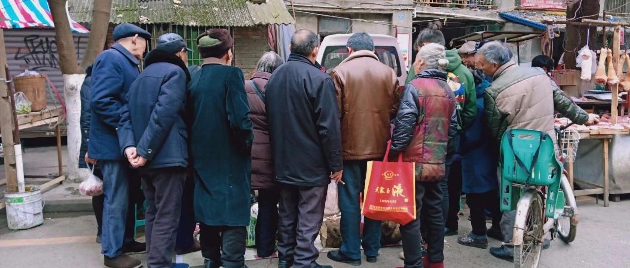 """曝光,南溪菜市场惊现贵州""""神药"""",一群老人围着买!"""