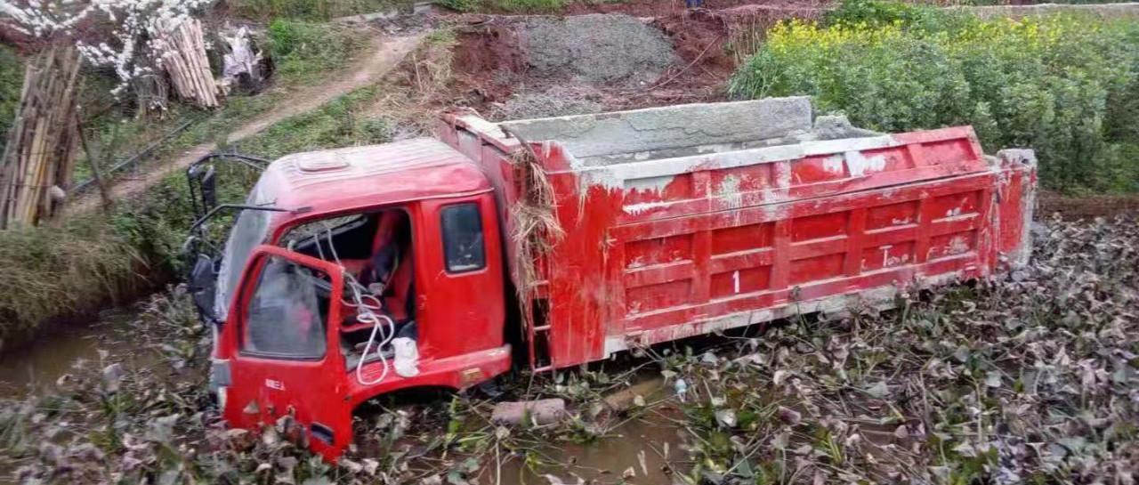 惨!南溪一辆货车360度翻下水田,司机受伤严重,生命垂危!