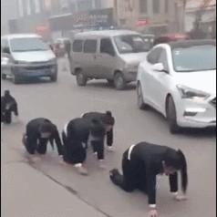 女�T工��街跪地爬行!�@家公司做法�@呆�W友:太可怕了!