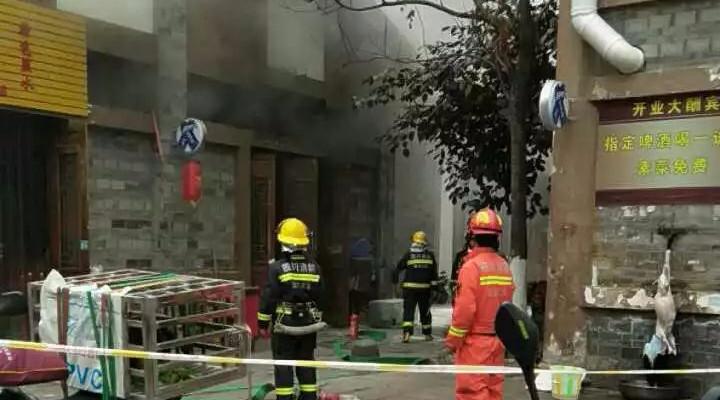 惊险!南溪古街一饭店突然着火,现场浓烟滚滚,消防官兵紧急出动扑救!