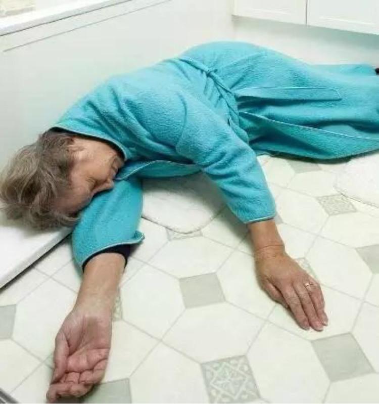 洗澡容易出意外!医生提醒:每天这时间段洗澡最伤身,老人需避开