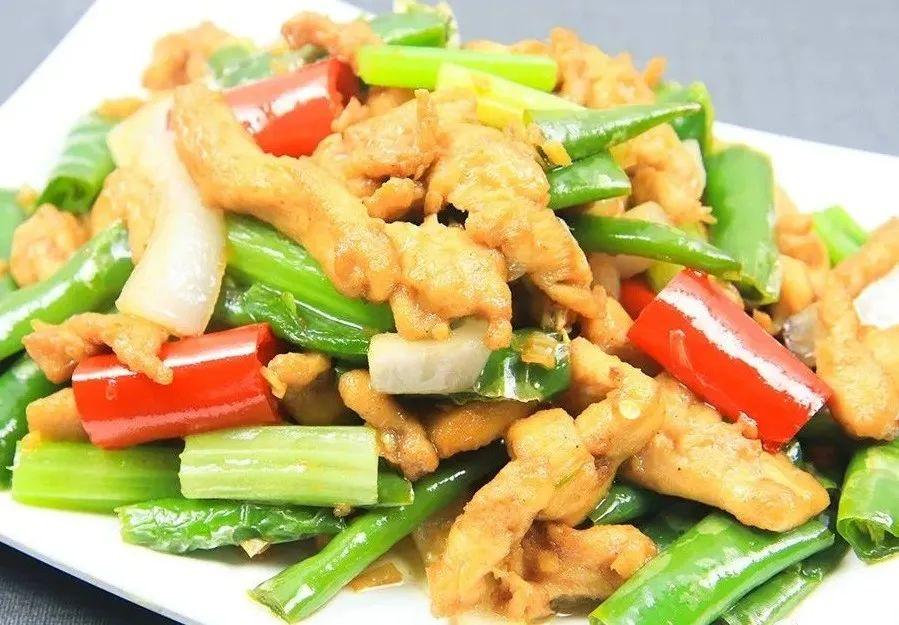 线椒鸡柳很多人第一步就做错了,鸡柳腌制有技巧,鲜嫩可口又不柴