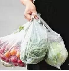 注意!买菜回来,千万别带着塑料袋放冰箱!否则……