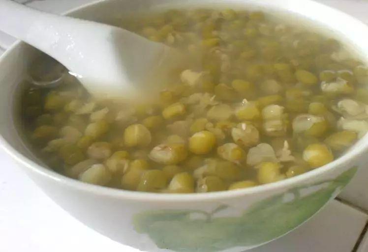 为什么绿豆汤南方是绿色,北方是红色?真相没那么简单