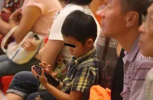 常玩手机和不玩手机的孩子,十年后有何区别?答案令人震惊