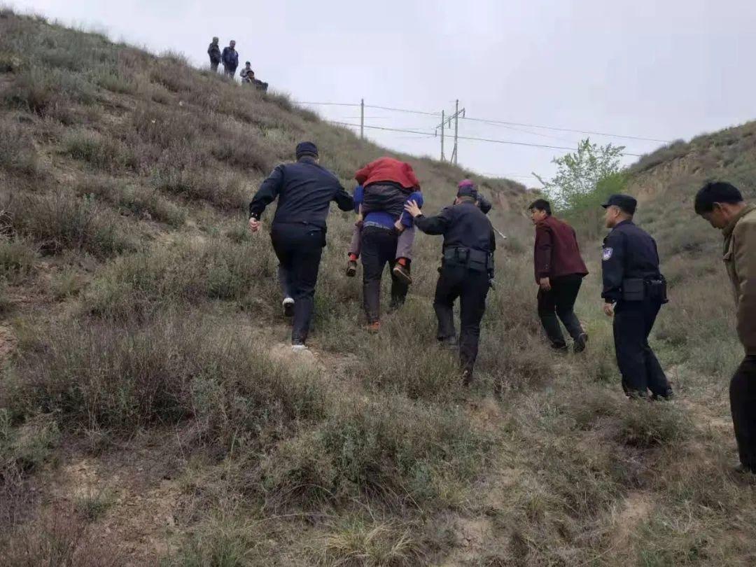 新民陈庄村86岁老人迷路走失,警民合力彻夜寻访,终在山沟找到