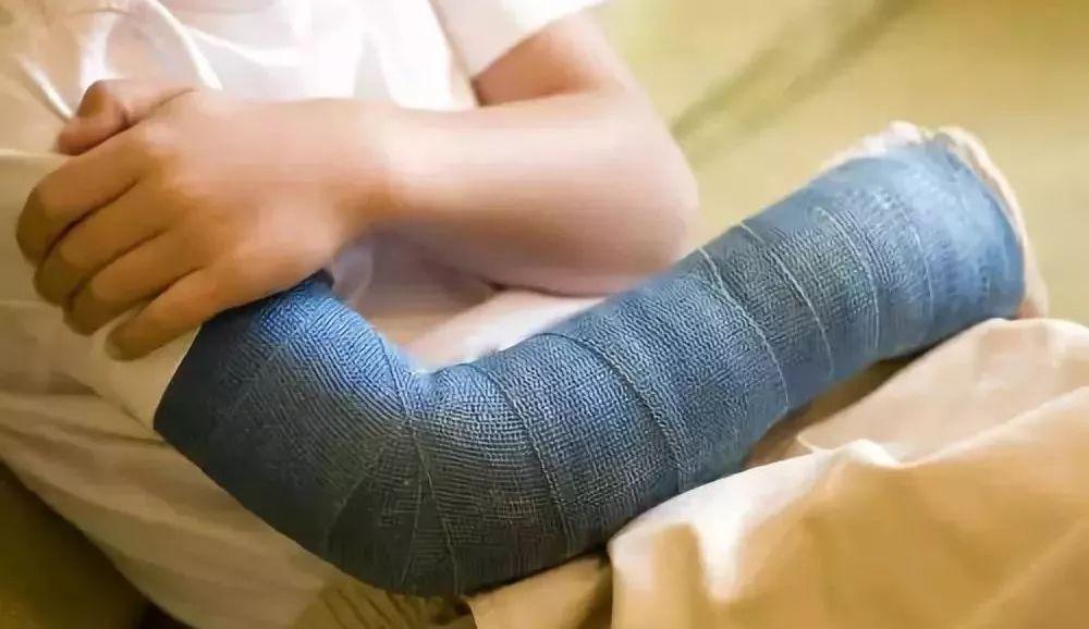 孩子冬季滑倒,当心肱骨髁上骨折!