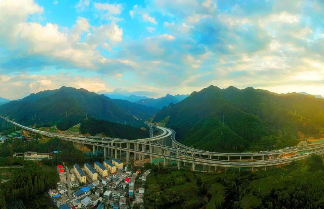 郑西高速尧栾段:大山里亮丽的风景线