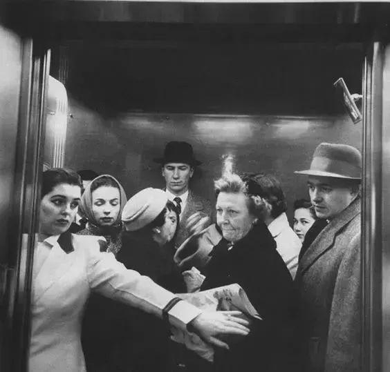 上下电梯请停止这个动作!已有人中招