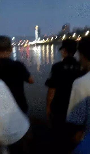 宜宾又有人被大水冲走了,只留下一双拖鞋,悲剧!