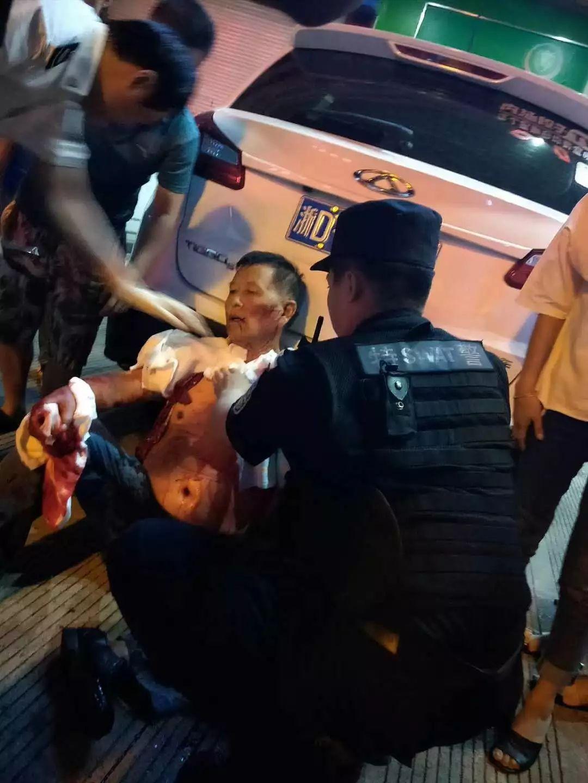 昨夜,更俗剧院对面发生伤人事件。监控视频还原事发经过