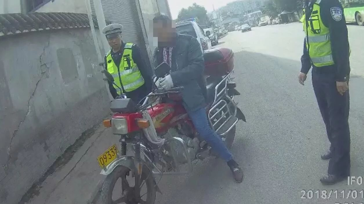 泸县周边事叙永男子交通违规,竟当着交警怒砸摩托车