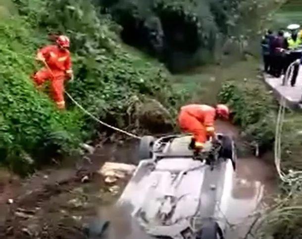 泸州叙永一轿车翻入河沟,驾驶员不幸身亡