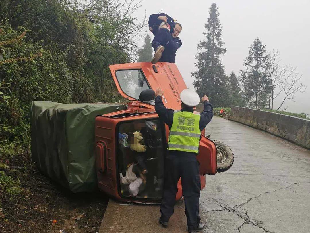 三轮车翻车,民警救出人后开了一张罚单!