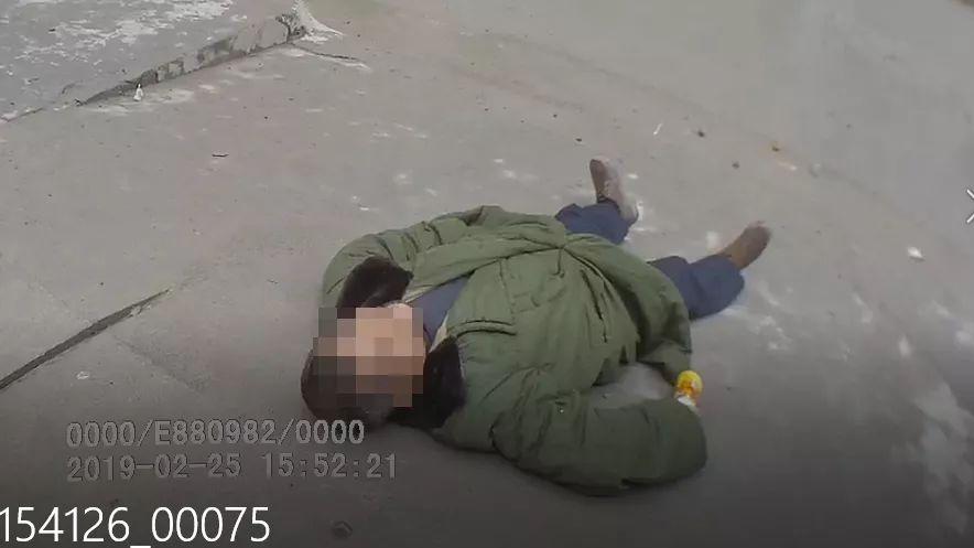 泸州男子疯狂拦路还睡派出所大门口,被警方拘留5日
