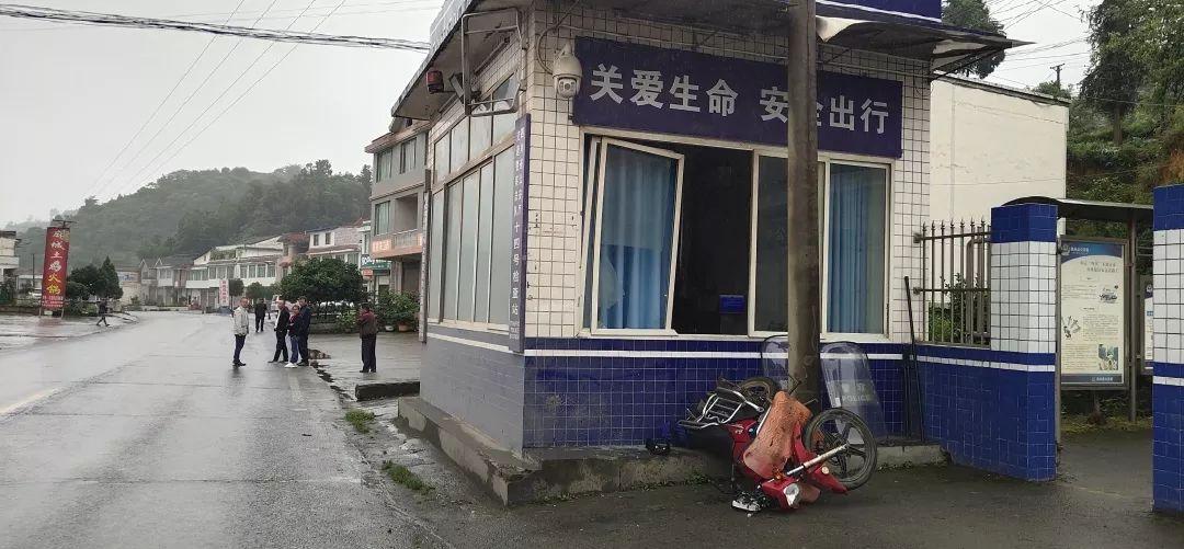 """泸州一摩托车驾驶员上演""""飞驰人生"""",飞进了派出所!"""
