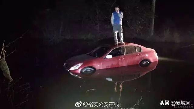 六安男子深夜驾车冲入路边池塘!竟在车顶抽烟、打电话……