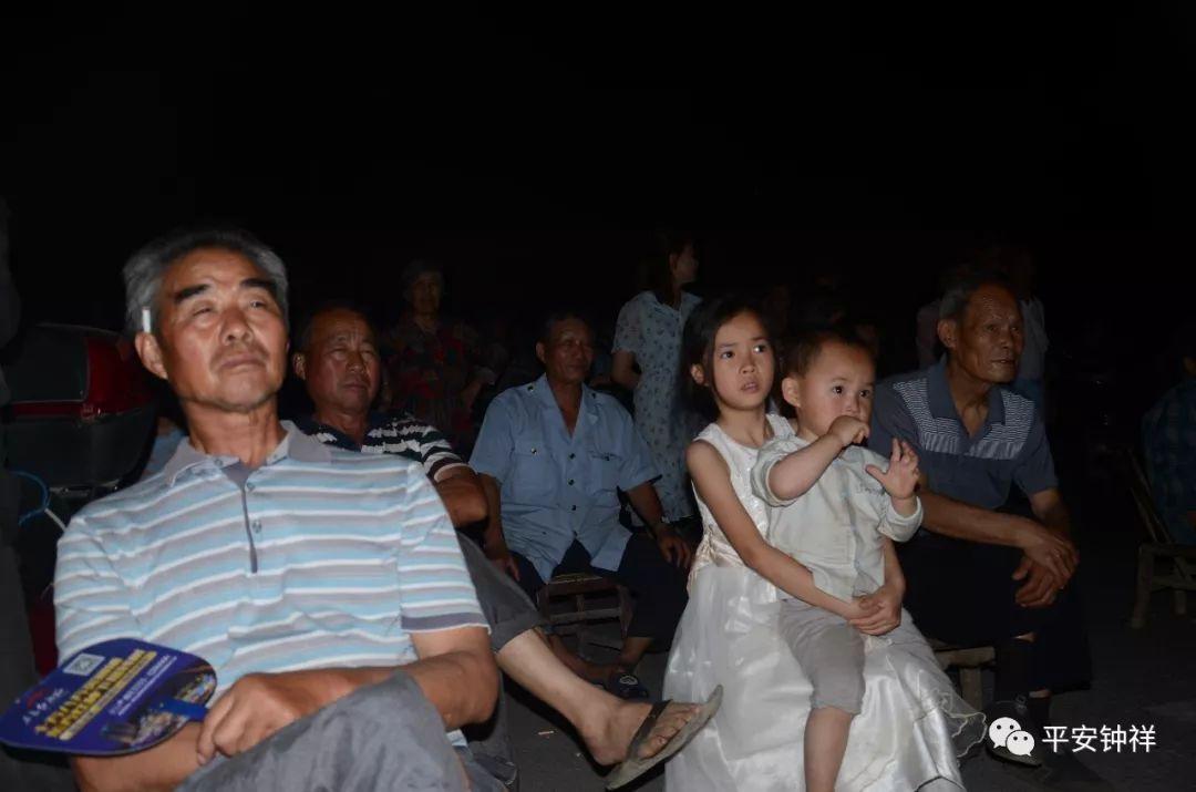 """""""看电影喽!""""""""社区旁边晚上可以看电影...."""