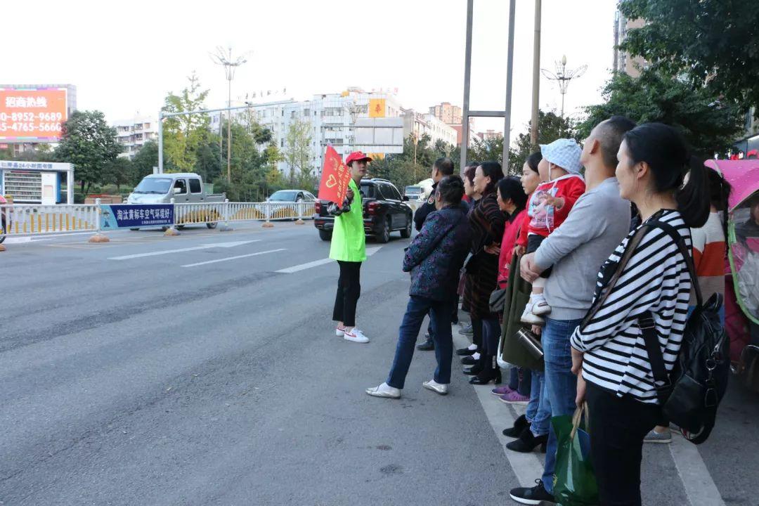 在澳门威尼斯人娱乐官网,有群青年人每天站在马路边就干一件事!