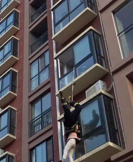女子坐4楼楼顶欲轻生,劝了20分钟都没用!这时……