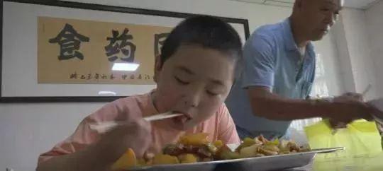 4个月里,河南11岁男孩拼命吃饭,从60斤到100斤,只为了救父……